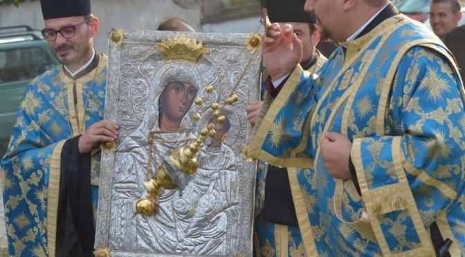 Калофер посрещна чудотворната икона на Св. Богородица – снимки