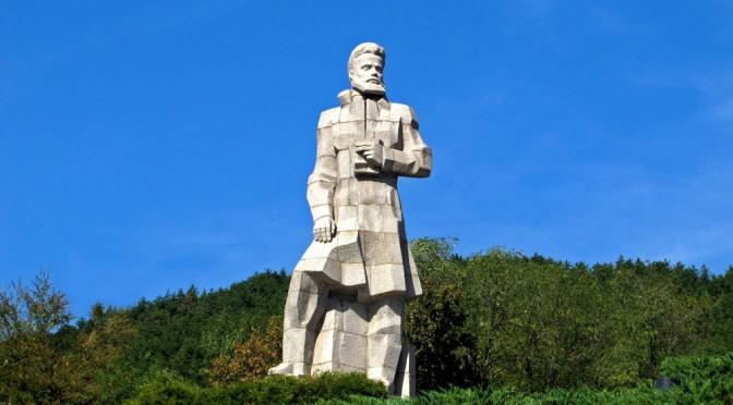 Опасно свлачище застрашава паметника на Христо Ботев