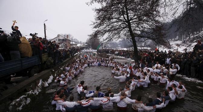 Новинарският канал Евронюз публикува снимка от мъжкото хоро в Калофер като снимка на деня