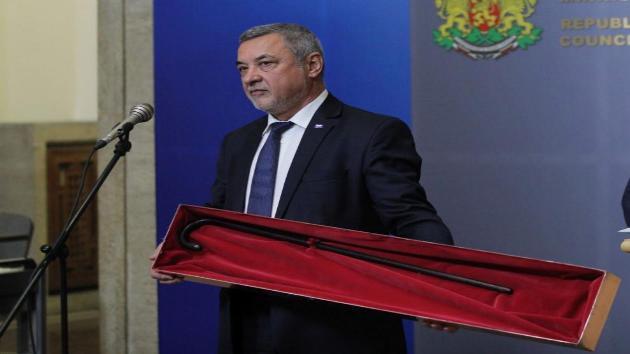 Вицепремиерът Валери Симеонов донесе в България бастуна на даскал Ботьо Петков, реликвата отива в Калофер