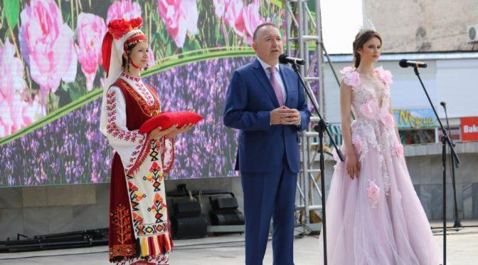 На празника на розата в Карлово дойдоха много гости от страната, Европа и Азия (видео)