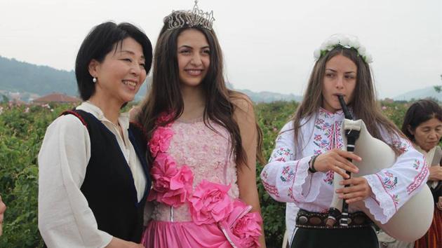 Японци в български национални носии закриха розобера