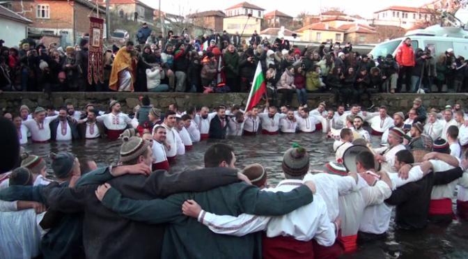 В Калофер бе спазена неповторимата традиция за леденото хоро на Богоявление (ВИДЕО)